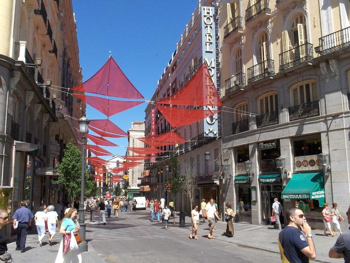 1024px-Calle_del_Arenal_(Madrid)_02
