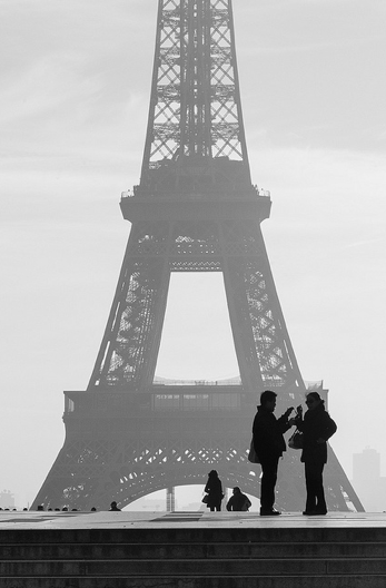 tourists eiffel tower